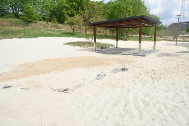 Zmiany w zielonogórskiej Dolinie Gęśnika. W tym miejscu powstaje plaża z prawdziwego zdarzenia. Stan na 4 maja 2020 roku.