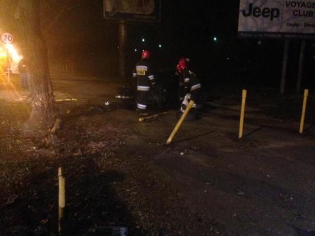 Wypadek na ulicy Dąbrowskiego w Poznaniu. Auto uderzyło w drzewo.