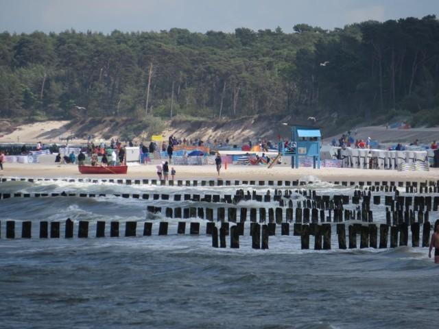 Sezon w Ustce trwa już na dobre. Mimo pandemii i chwiejnej pogody turyści i mieszkańcy regionu chętnie wypoczywają nad Bałtykiem. Zdjęcia: AT.