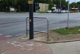 """Postawili słup prawie na drodze rowerowej na rogu ul. Obywatelskiej i Jana Pawła II. """"Ktoś przydzwoni głową"""" - mówią cykliści ZDJĘCIA"""