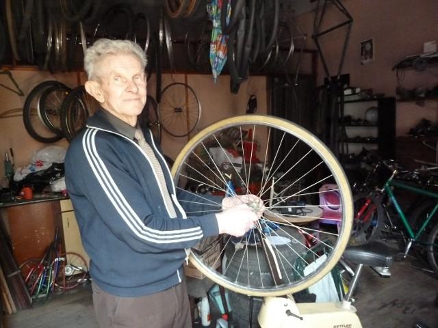 82-letni Tadeusz Szczepaniak nadal naprawia rowery.