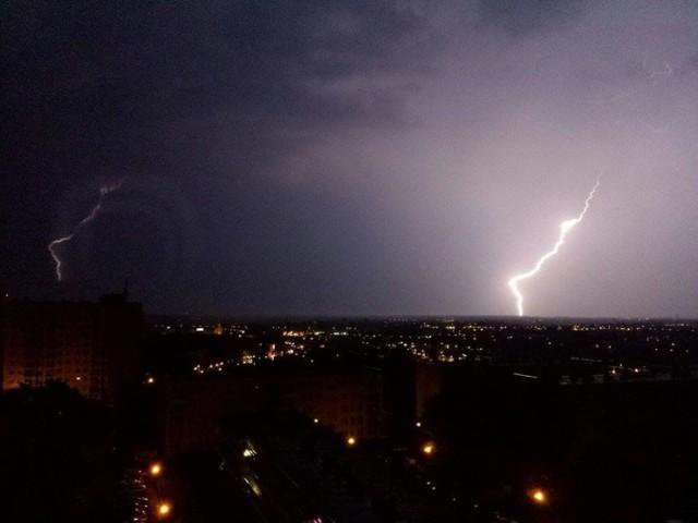 """Jak widać """"brzydka pogoda"""" może być piękna! Taką burzę nad Gorzowem uchwycił Karol Pańka. Było to w 2015 r. Niedługo będą znowu okazje do takich zdjęć..."""