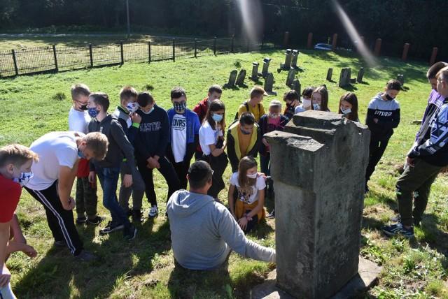 Udało się zinwentaryzować 275 macew na cmentarzu żydowskim w Ryglicach