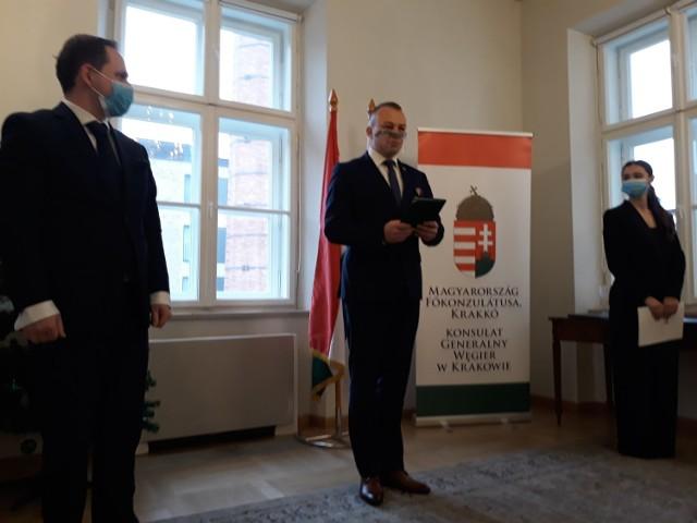 Mirosław Majkowski, przewodniczący Związku Gmin Fortecznych Twierdzy Przemyśl, został uhonorowany Tytułem Honorowym za Pielęgnację Węgierskich Grobów Wojennych brązowego stopnia.