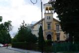 Zabytkowa willa przy ulicy Korfantego w Legnicy została zbudowana w XIX wieku dla znanego bankiera. Obecnie mieści się tu MOPS