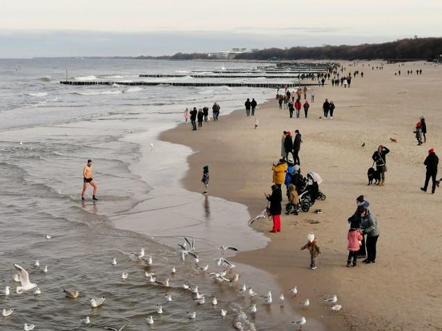 W sobotę mimo słońca (wreszcie), było zimno, wiał przenikliwy wiatr. Ale w Kołobrzegu i tak nie zabrakło amatorów kąpieli.