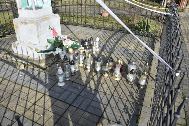 Pod kapliczką Matki Boskiej przy Domu Kultury w Marcinkowicach codziennie mieszkańcy modlą się za zmarłego mieszkańca wioski. Zapalają również znicze, które ułożone są w kształt krzyża