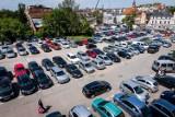 Zakaz parkowania tyłem do chodnika? Warszawski radny chce uczyć kierowców, jak powinni parkować