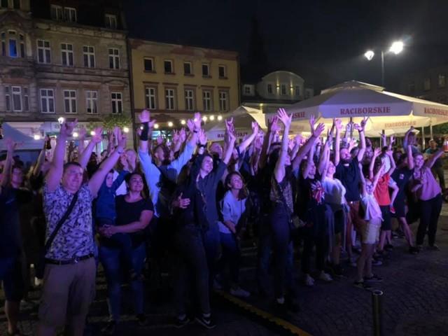 Ostatni koncert, który odbył się na mysłowickim rynku przyciągnął tłumy. To była świetna zabawa.   Zobacz kolejne zdjęcia. Przesuń w prawo - wciśnij strzałkę lub przycisk NASTĘPNE