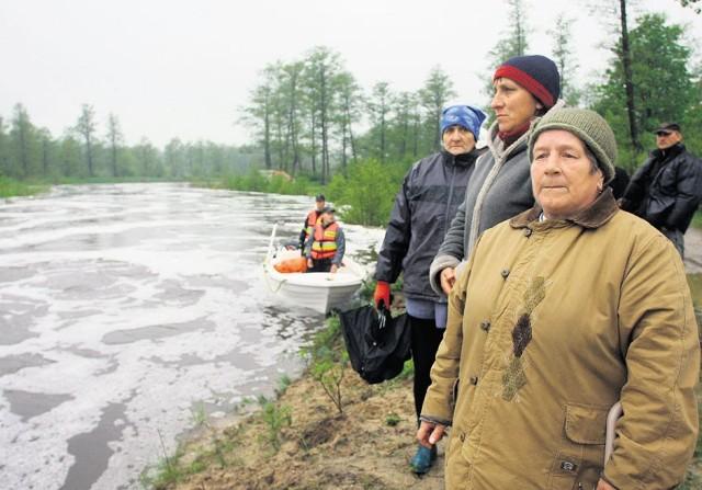 Mieszkańcy Rożenka (powiat piotrkowski) nad gwałtownie przybierającą rzeką Czarną, która ostatecznie przelała się przez tamę, a jej wody podtopiły m.in. dom państwa Misztelów w Sulejowie