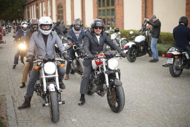 The Distinguished Gentleman's Ride odbędzie się w najbliższą niedzielę, 25 września.   The Distinguished Gentleman's Ride to impreza motoryzacyjna, która organizowana jest w jednym terminie na całym świecie, w ponad 410 miastach na całym świecie. W tym roku w Polsce będzie miała miejsce w Gdańsku, Warszawie, Krakowie i Wrocławiu.  Uczestnicy przejazdu wspierają akcję charytatywną, która zbiera fundusze na walkę z rakiem prostaty i promocję zdrowia mężczyzn. Osoba rejestrująca się na stronie DGR może dobrowolnie wpłacić honorarium na walkę z rakiem.    Start spod Kościoła Garnizonowanego o godz. 11.00. Zakończenie w Warsztat Food &  Garden przy ul. Niedźwiedziej (ok. godz. 14.00-15.00).