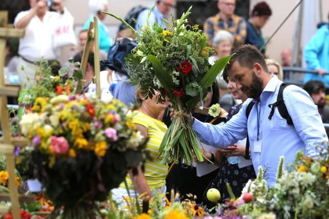 Tego dnia - 8 marca - zdecydowana większość pań marzy przede wszystkim o miłym geście od mężczyzn jak choćby podarowanie bukietu kwiatów. Także o niestandardowej niespodziance. Takie wnioski płyną z sondy, zrealizowanej z okazji Dnia Kobiet w serwisie Prezentmarzen. Wśród nich...podpowiedzi na kolejnych kartach