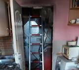 Pożar mieszkania w Cedrach Wielkich. Zapaliła się pralka, następnie ściana i sufit. W pomieszczeniu była butla gazowa |ZDJĘCIA
