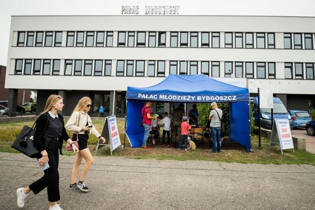 Od poniedziałku, 24 sierpnia, pracownicy Pałacu Młodzieży pełnić będą dyżury w namiocie przed placówką w godzinach 10-16. W pierwszym tygodniu września dyżury również wewnątrz budynku w godzinach 11-19