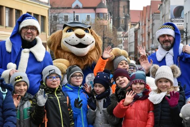 Niebiescy Mikołaje w Legnicy, pojawił się także czerwony.