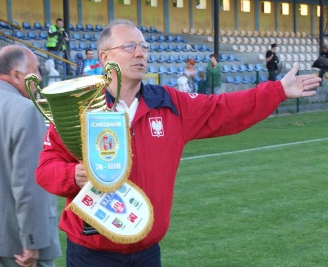 - Przepraszam, ale Puchar Polski w zachodniej Małopolsce przyznajemy jednak Trzebini, choć na boisku wygrała Soła - tak można odczytać gest Józefa Cichonia, szefa chrzanowskiego PPN.