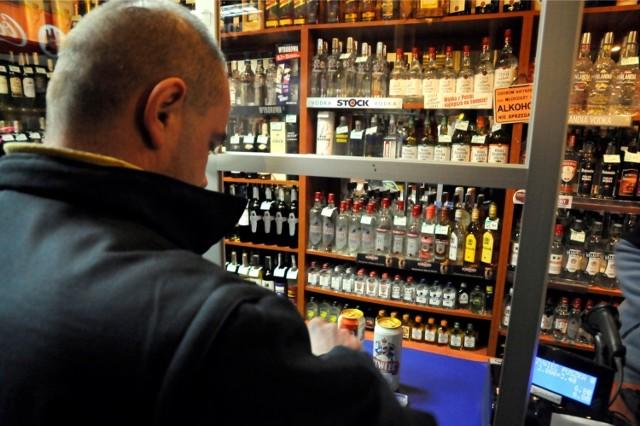 """Brak możliwości kupna alkoholu to zmniejszone prawdopodobieństwo gromadzenia się """"pod chmurką"""" amatorów napojów wyskokowych, a to oznacza zminimalizowanie ryzyka rozprzestrzeniania się koronawirusa. Zakaz ma również ograniczyć dostęp do alkoholu młodzieży. Ze statystyk bydgoskiej policji i straży wynika, że wiosną zwiększa się liczba zatrzymanych nietrzeźwych osób poniżej 18. roku życia. To problem, który dotyka nie tylko naszego miasta, czy innych aglomeracji w kraju, ale także większości dużych skupisk miejskich krajów Unii Europejskiej.  W Polsce już są miasta, które wprowadziły podobne zakazy >>>"""