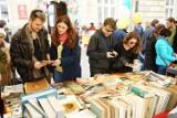 Kraków. Kiermasz książki używanej na placu Marii Magdaleny [ZDJĘCIA]