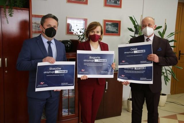 Anna Krupka wręczyła symboliczne czeka burmistrzom Staszowa i Osieka.
