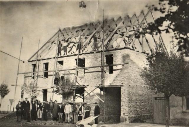 Budowa domu przy Paderewskiego. Tutaj mieściła się rozlewnia oranżady