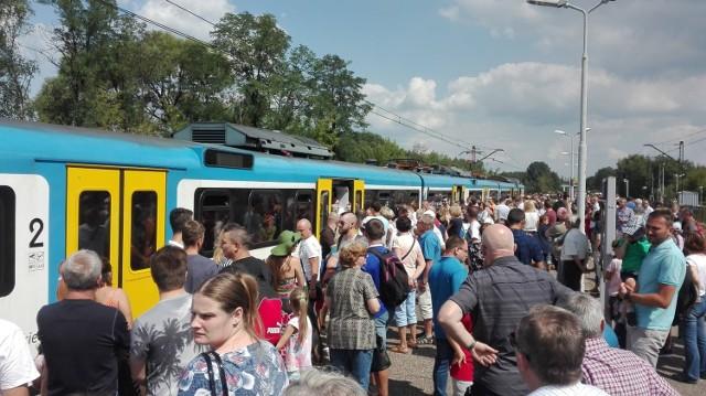 Organizatorzy nie przewidzieli, że zainteresowanie podróżą pociągami będzie aż tak duże. Chyba przerosło ich największe oczekiwania. Przed południem na dworcach wielu miast pojawiły się tłumy mieszkańców.