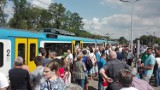 Dramat! Bezpłatne pociągi Kolei Śląskich na defiladę w Katowicach nie dały rady dowieźć wszystkich podróżnych [ZDJĘCIA]